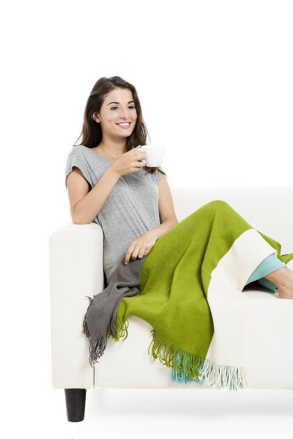 tè bevente del sofà fotografia stock