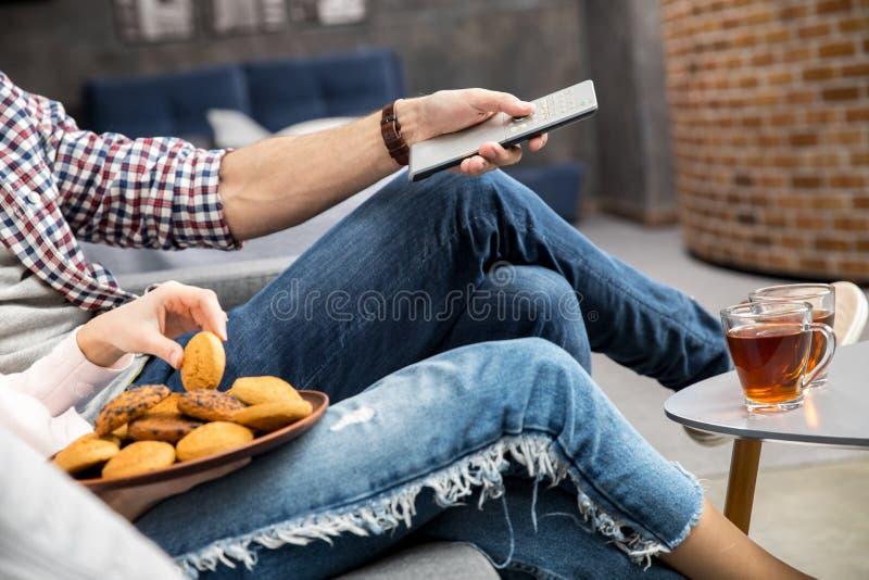 Tè bevente delle coppie con i biscotti immagini stock libere da diritti