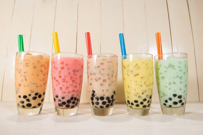 Tè bolla/di Boba Vario tè casalingo del latte con le perle su legno immagini stock libere da diritti