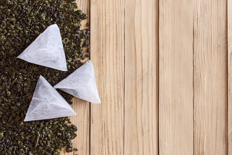 Tè in borse sulle foglie secche di tè fotografia stock libera da diritti