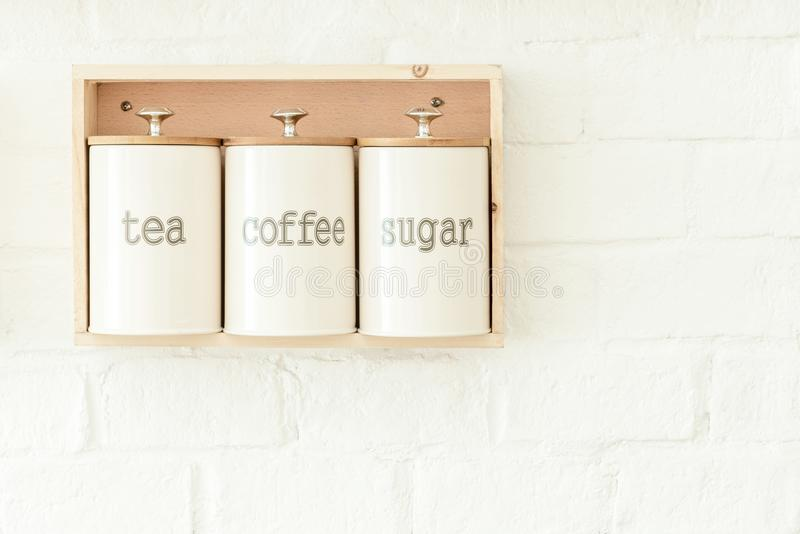 Tè, caffè, decorazione del vaso dello zucchero che appende sulla parete bianca Alimento fotografia stock