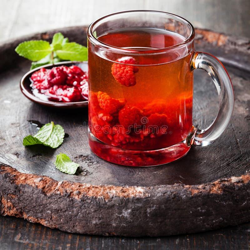 Tè caldo con il lampone fotografie stock libere da diritti