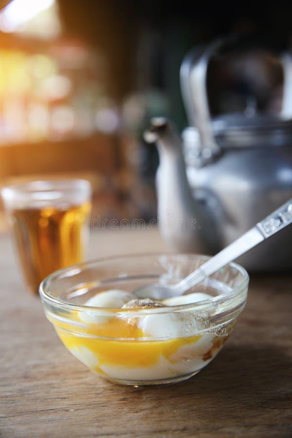 Tè caldo dell'alimento tailandese locale di mattina, uova sode molli fotografia stock