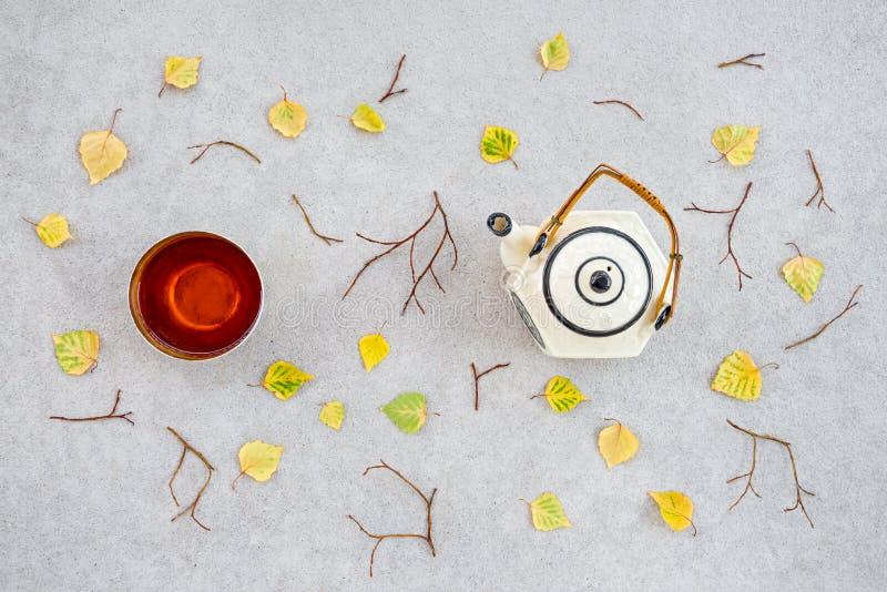 Tè caldo un giorno fresco di autunno immagine stock libera da diritti