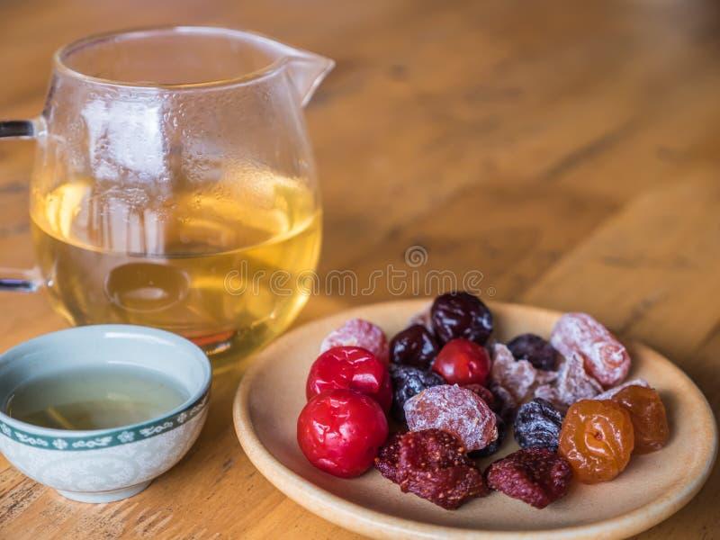 Tè cinese con la prerogativa della frutta immagine stock