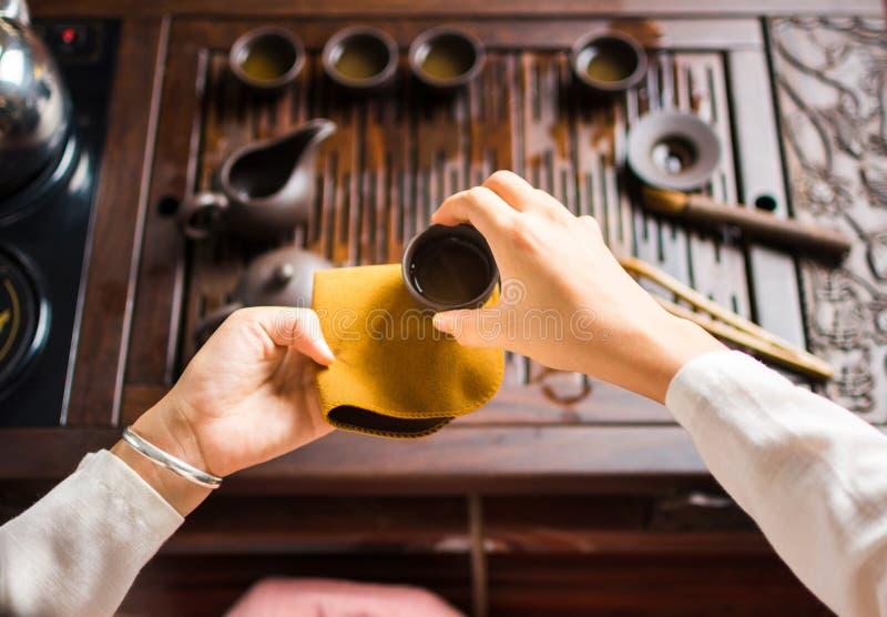Tè cinese del servizio della donna in una cerimonia di tè fotografie stock libere da diritti