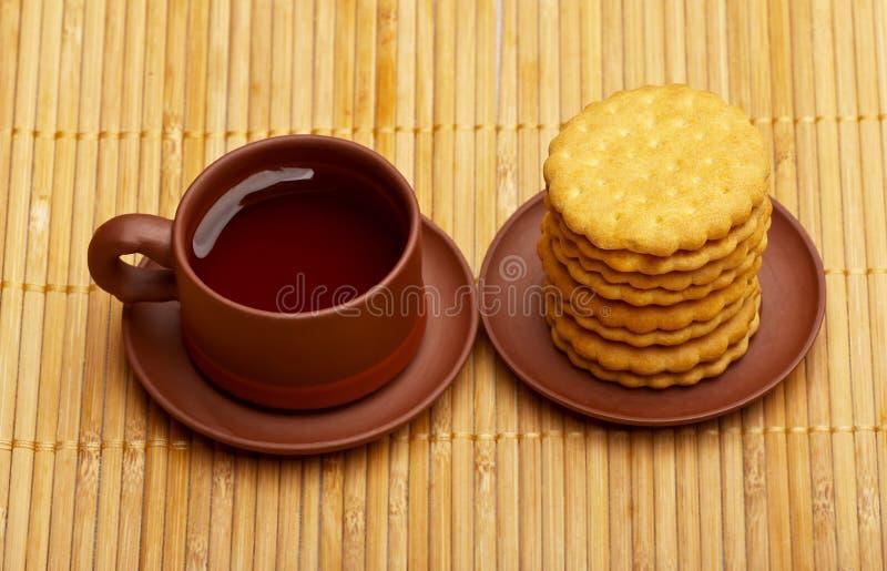 Tè cinese di versamento fotografie stock