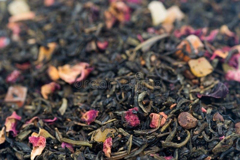 Tè con i frutti ed i fiori secchi fotografie stock libere da diritti