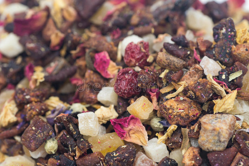 Tè con i frutti ed i fiori secchi immagine stock libera da diritti