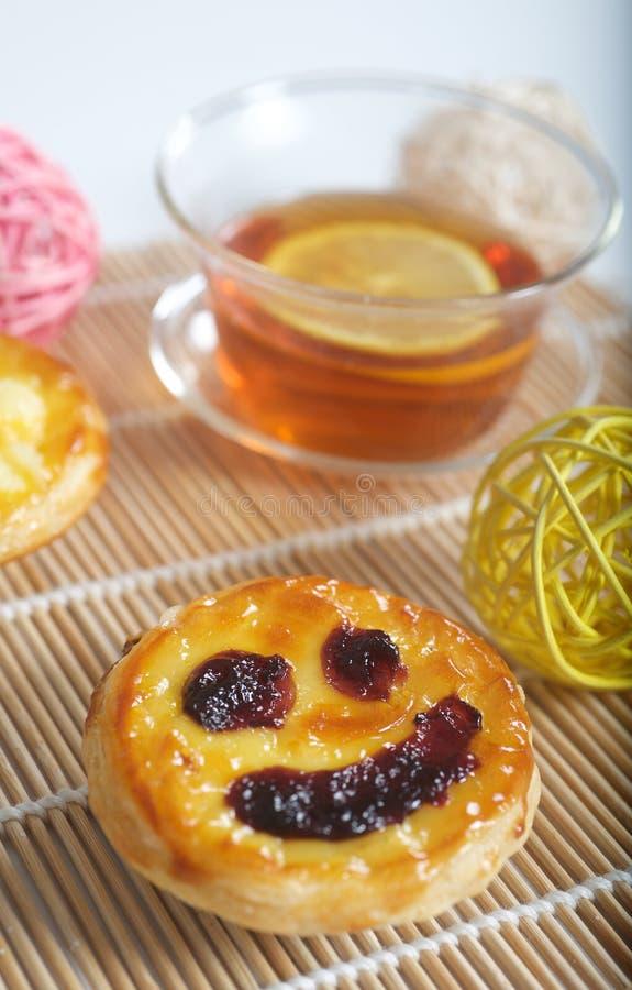 Tè con il limone ed il dolce immagine stock libera da diritti