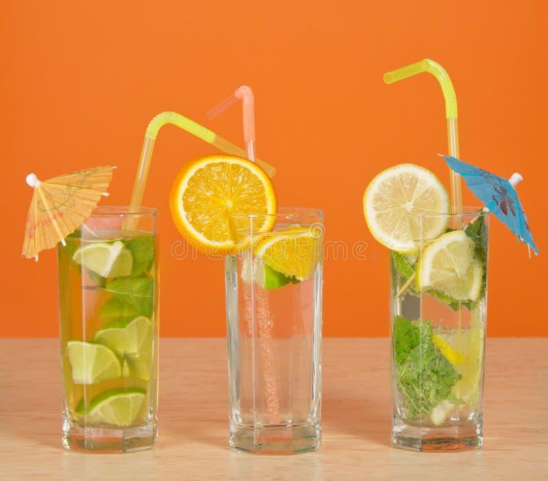 Tè con il limone, l'aranciata ed il cocktail immagine stock