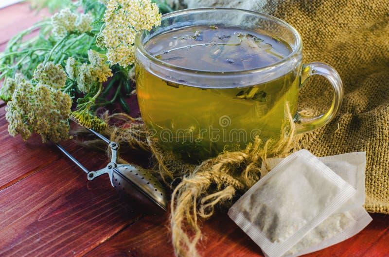Tè con le erbe medicinali immagine stock