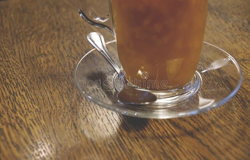 Tè con lo marino spincervino in una tazza di vetro su un clo di legno del fondo immagini stock