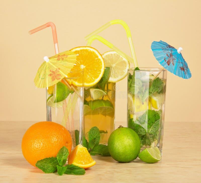 Tè con un limone, un'aranciata e un cocktail immagini stock