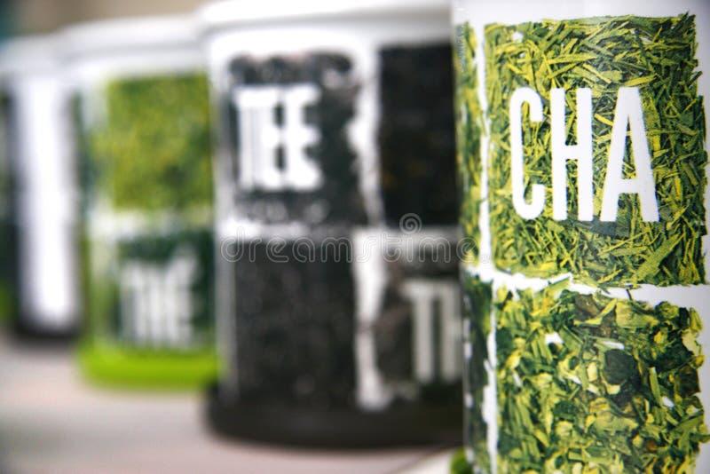 Tè in contenitore di metallo fotografie stock libere da diritti