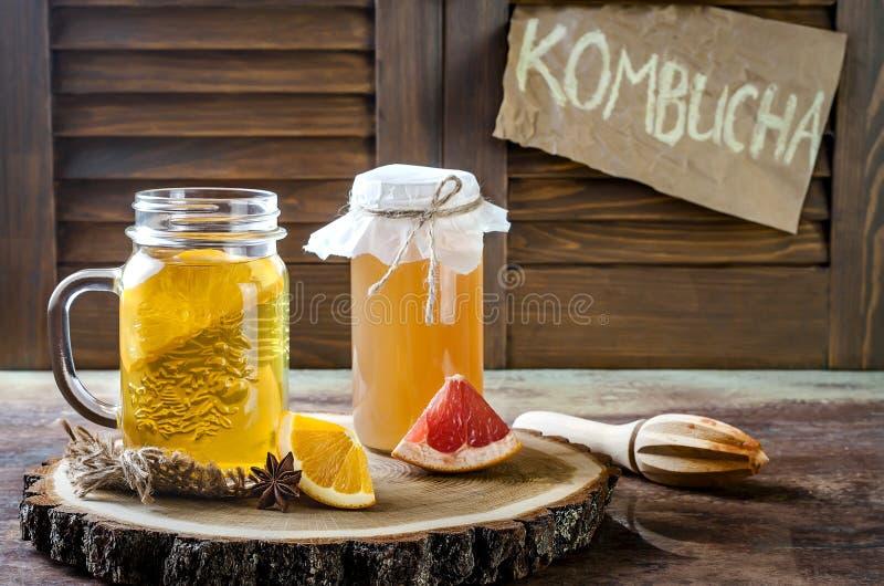 Tè crudo fermentato casalingo di kombucha con differenti condimenti Bevanda condita probiotica naturale sana Copi lo spazio immagini stock