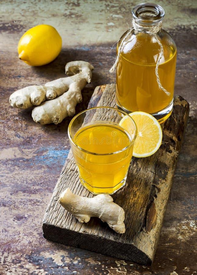 Tè crudo fermentato casalingo di kombucha del limone dello zenzero Bevanda condita probiotica naturale sana Copi lo spazio immagine stock