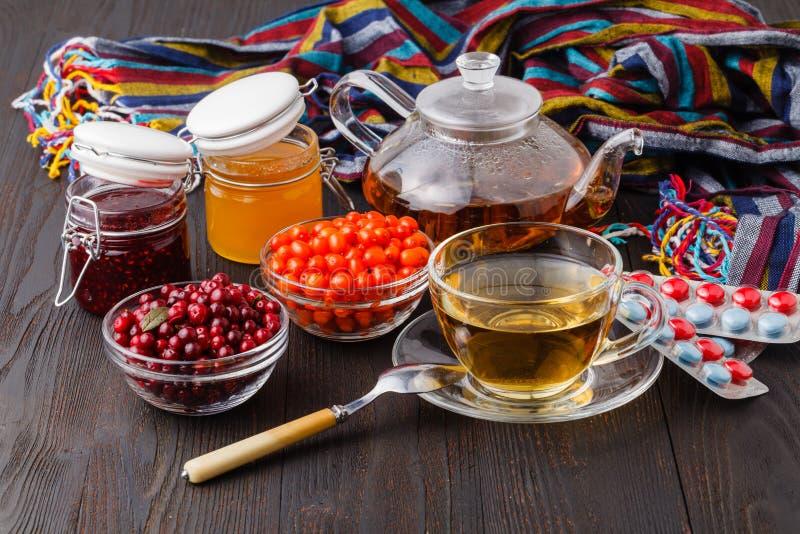 Tè dai fiori secchi del tiglio e della rosa canina e fresco curativi immagine stock