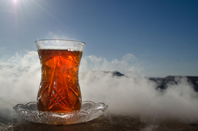 Tè dell'Azerbaigian del turco nel fondo all'aperto tradizionale della natura del vaso e del glasse con luce solare e fumo Concett immagini stock libere da diritti