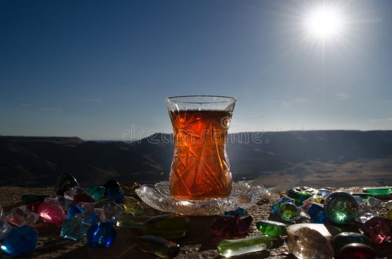 Tè dell'Azerbaigian del turco nel fondo all'aperto tradizionale della natura del vaso e del glasse con luce solare e fumo Concett fotografia stock