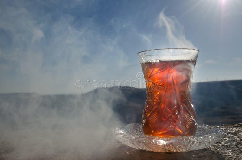 Tè dell'Azerbaigian del turco nel fondo all'aperto tradizionale della natura del vaso e del glasse con luce solare e fumo Concett fotografie stock