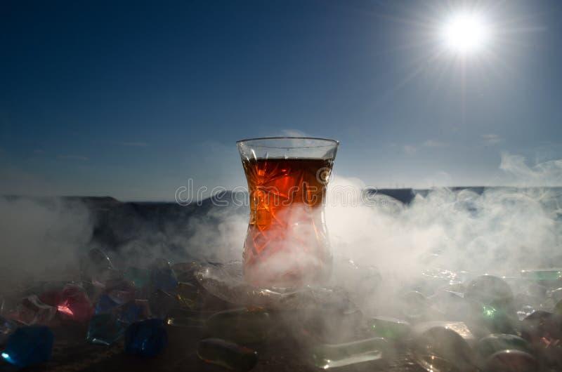 Tè dell'Azerbaigian del turco nel fondo all'aperto tradizionale della natura del vaso e del glasse con luce solare e fumo Concett fotografia stock libera da diritti
