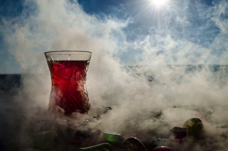 Tè dell'Azerbaigian del turco nel fondo all'aperto tradizionale della natura del vaso e del glasse con luce solare e fumo Concett fotografie stock libere da diritti