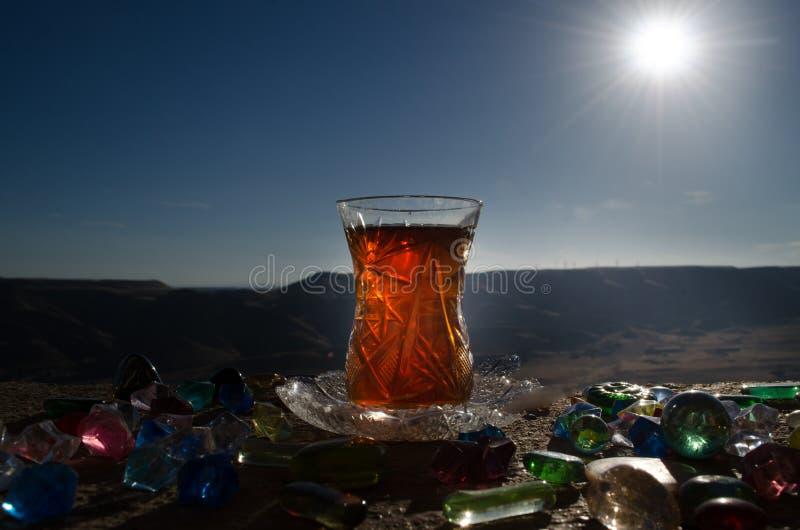 Tè dell'Azerbaigian del turco nel fondo all'aperto tradizionale della natura del vaso e del glasse con luce solare e fumo Concett immagine stock