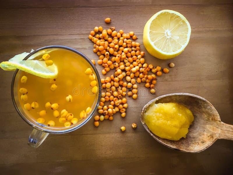Tè dell'olivello spinoso con miele immagini stock