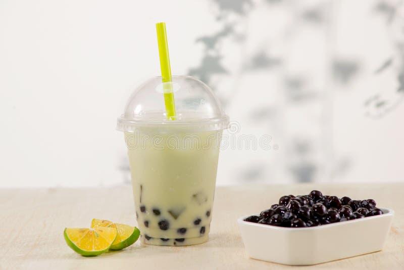 Tè della bolla di Boba del limone con i frutti ed il ghiaccio tritato fotografia stock libera da diritti