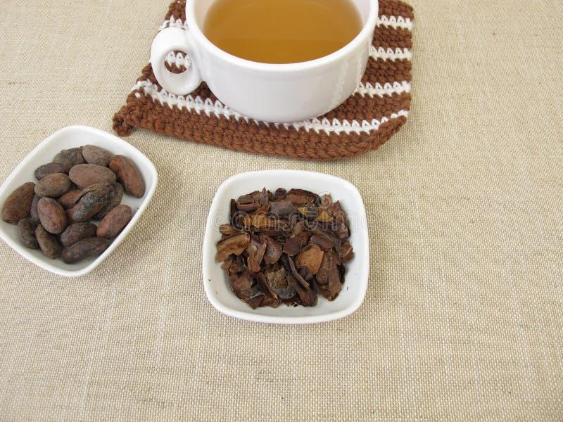 Tè della buccia del cacao dalle coperture esterne arrostite del fagiolo del cacao immagini stock libere da diritti