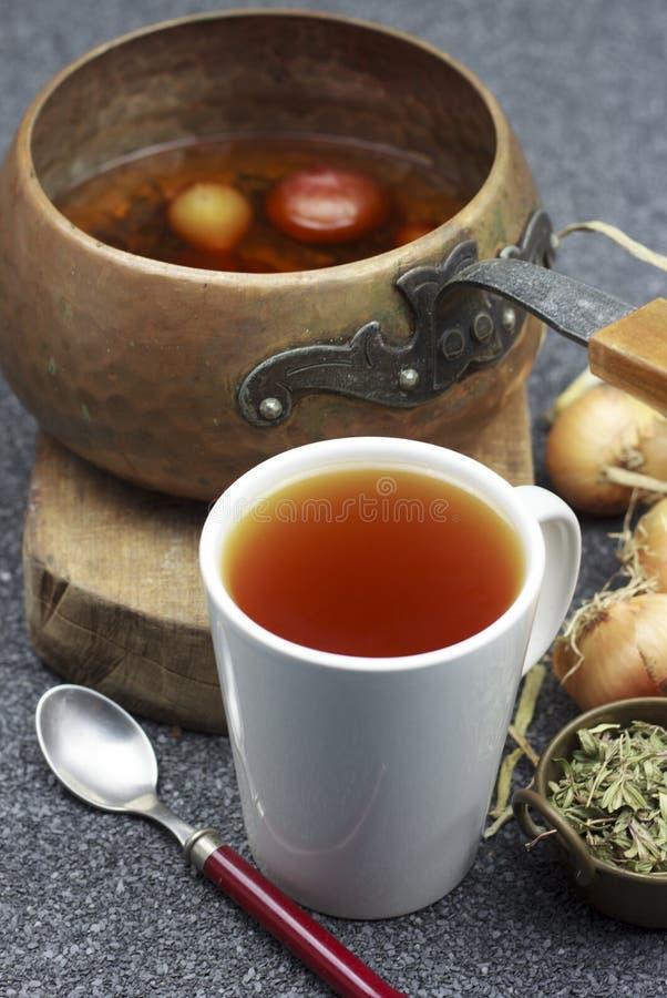 Tè della medicina della cipolla con le erbe fotografia stock