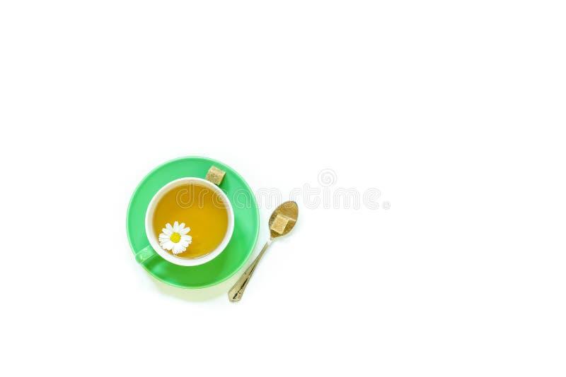 Tè di camomilla in tazza isolata su fondo bianco royalty illustrazione gratis