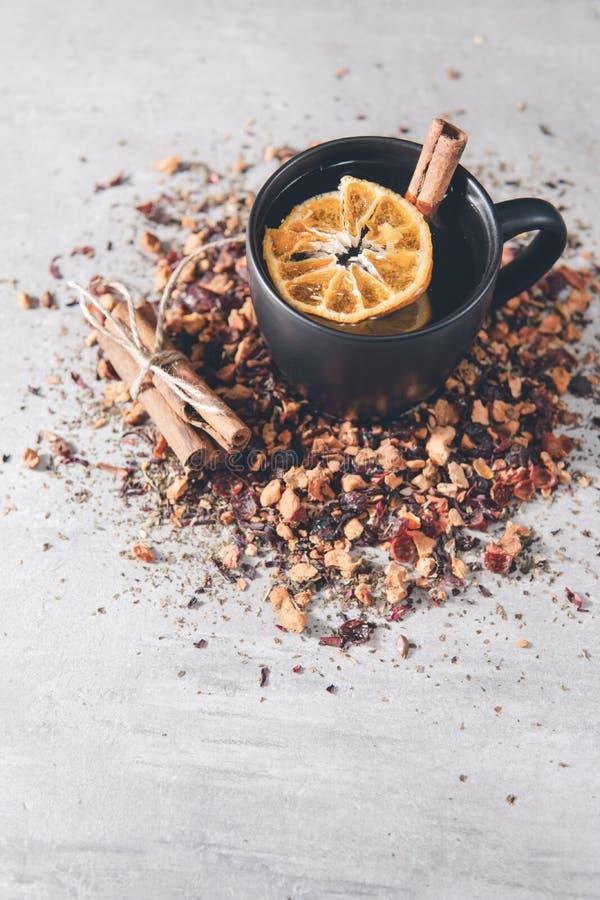 Tè di frutta con cannella e arancia secca in una tazza immagine stock