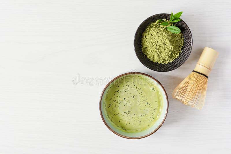 Tè di matca verde organica Matcha in polvere e matcha in tè bevono in una ciotola fotografie stock libere da diritti