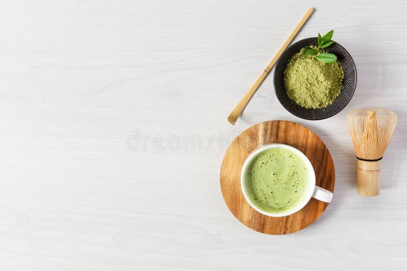Tè di matca verde organica Matcha in polvere e matcha in latte in polvere in una tazza fotografia stock