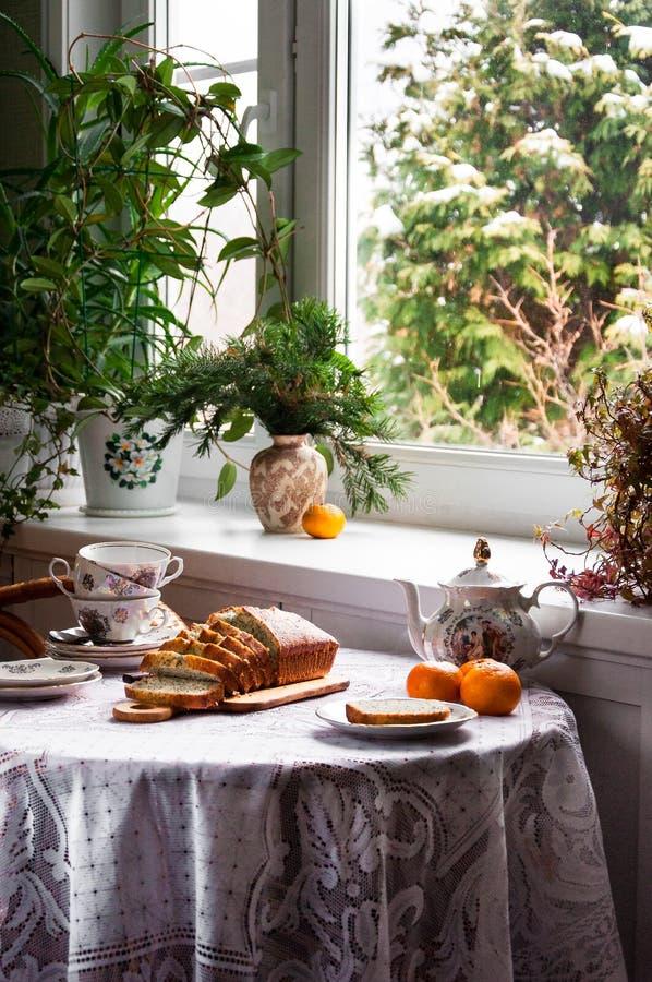 Tè di mattina nella casa di campagna con il dolce del mandarino fotografie stock