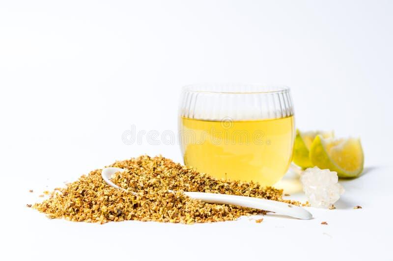 Tè di osmanto con i fiori ed il limone secchi fotografia stock libera da diritti