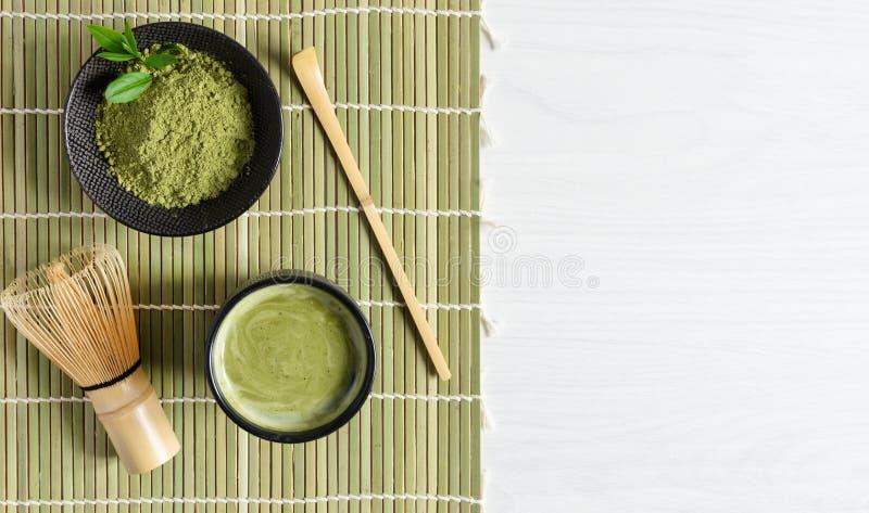 Tè e accessori per tè verdi organici su tappeto giapponese su fondo di legno bianco concetto di cerimonia del tè giapponese fotografia stock