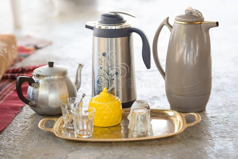 Tè e caffè serventi tradizionali nella casa degli arabi che mette su a immagine stock