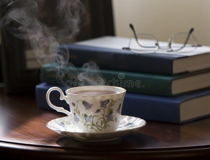 Tè e libri fotografie stock