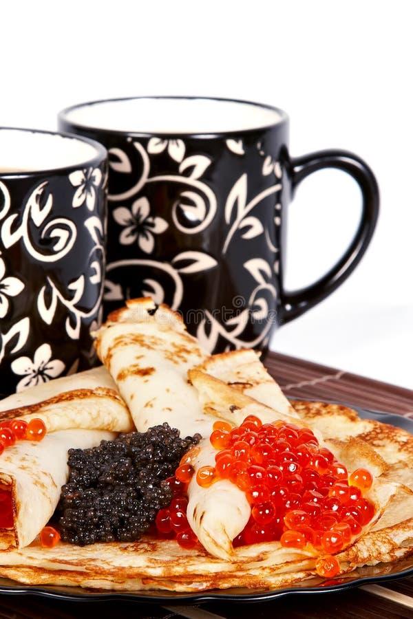 Tè e pancake con il caviale fotografia stock