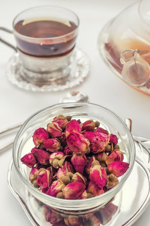 Tè fatto dai boccioli di rosa Il tè è aumentato germogli fatti dai germogli rosa reali, giovane colto ed allora secchi Una tazza  fotografia stock