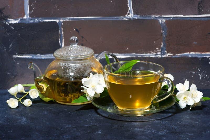 Tè fragrante del gelsomino su un fondo scuro immagini stock libere da diritti