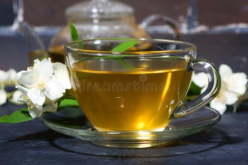 Tè fragrante su un fondo scuro, primo piano del gelsomino immagine stock