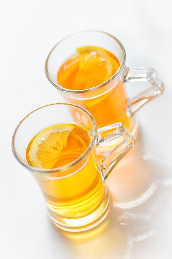 tè isolato con il limone ed i biscotti su fondo bianco fotografia stock