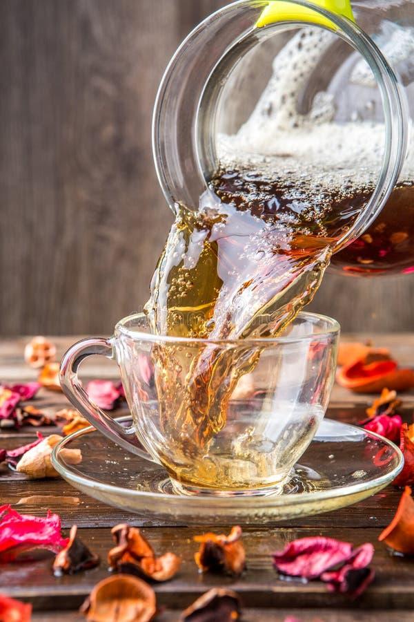 Tè nero con l'ibisco dei petali immagine stock