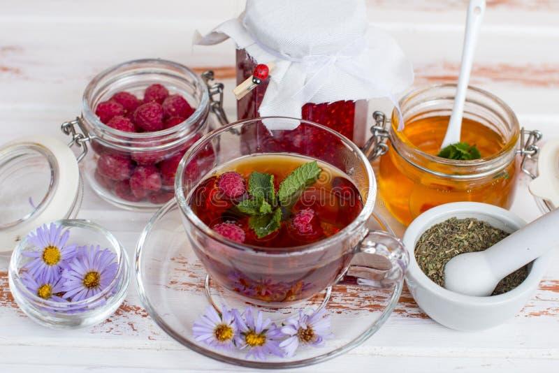 Tè nero curativo caldo con miele ed inceppamento casalingo immagine stock