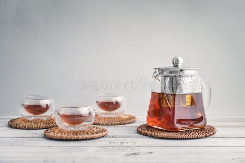 Tè in piccole tazze di vetro con la teiera fotografia stock libera da diritti
