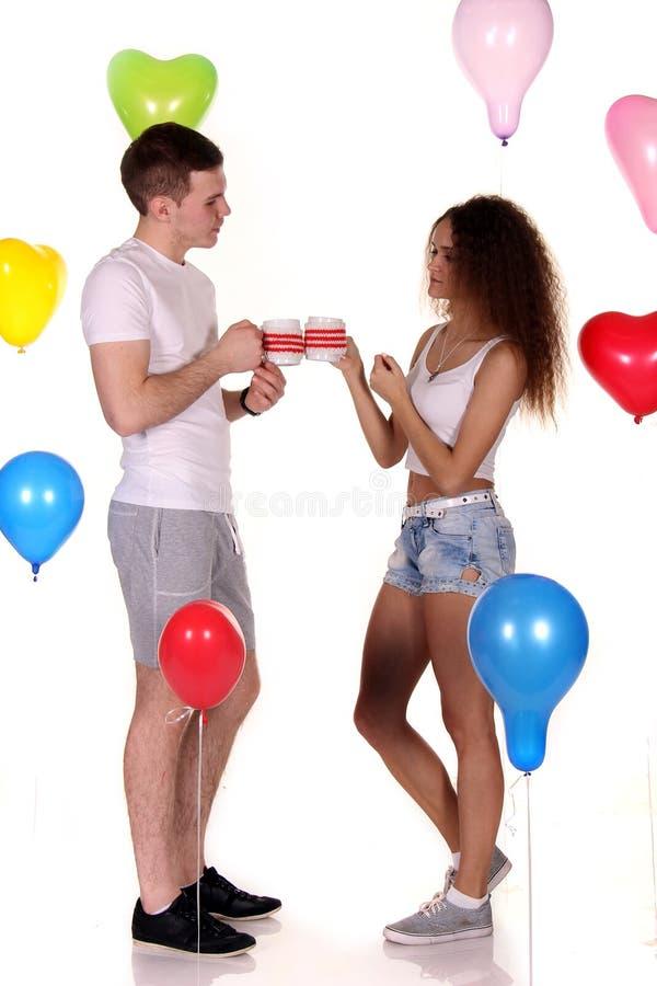 Tè romantico della bevanda della data delle giovani coppie felici, celebrante giorno di S. Valentino immagini stock libere da diritti